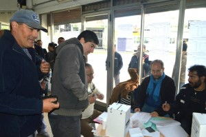 Los comapñeros de la UST votando en Avellaneda