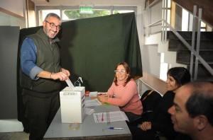 Céscar Baliña, candidato a secretario General de la Regional La Plata-Ensenada, votando en la mañana de este jueves.