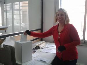 En Azul, la compañera Vanina Zurita, candidata a Secretaria General de la Central Azuleña, votando en su lugar de trabajo.