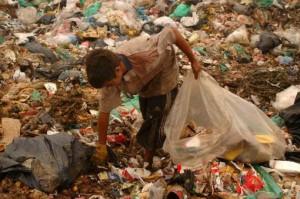 pobreza pibe e n la basura