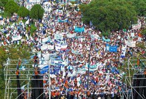 zzzznacp2NOTICIAS ARGENTINAS LA PLATA, MARZO 19: Aspecto de la marcha de los gremios docentes que se realiza en la capital bonaerense. Foto NA: AGLPzzzz